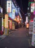 Nightt sikt av en av Busans gator Arkivfoton