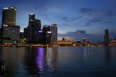 Nighttime зданий финансового района Сингапура центральный Стоковое Изображение RF