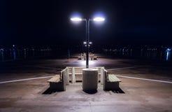 Nighttime на сиротливой пристани в Halifax, Новой Шотландии Света города Halifax через гавань Стоковые Изображения RF