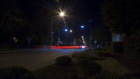 Nighttime-упущение с светами автомобиля в городе сток-видео