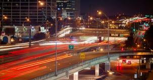 Nighttime ruch drogowy w miasto autostradzie zdjęcie wideo