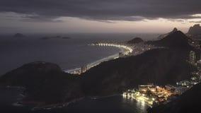 Nighttime strzał copacabana plaża od sugarloaf góry w Rio zbiory