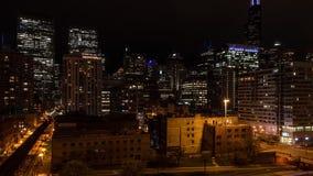 Nighttime upływ ruch drogowy w Zachodnim pętli linia horyzontu przy Jeziorną ulicą, Chicago zdjęcie wideo