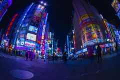 Nighttime up?ywu ulica przy neonowym miasteczkiem w Kabuki-cho Shinjuku Tokio zdjęcie stock