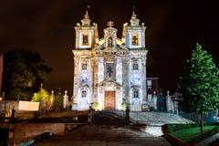 Nighttime upplyst facade av Porto Portugal den belade med tegel romanska katolska domkyrkan Royaltyfri Fotografi