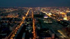 Nighttime Yekaterinburg miasta w centrum ruchu drogowego uliczna powietrzna panorama 4k noc widok infrastruktura, ulicy i zdjęcie wideo
