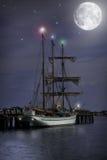 Nighttimen seglar fartyget Royaltyfri Bild