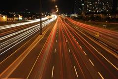 Nighttimetrafik på en huvudväg fotografering för bildbyråer