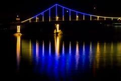 Nighttown Η γέφυρα πέρα από τον ποταμό Στοκ Εικόνα