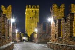 Nightview моста Castelvecchio в Вероне Стоковые Фото