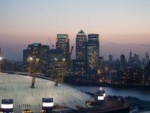 Nightview современной метрополии с небоскребами стоковая фотография rf