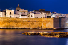 Nightview de port maritime de Monopoli l'Italie images libres de droits