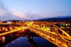 Nightview de puentes cruzados Foto de archivo