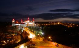 Nightview de vieille forteresse dans Kamyanets-Podilsk Photos stock