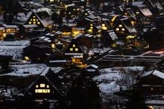 Nightview des Chambres de style Gassho de Gassho Zukuri Shirakawa-Aller Image libre de droits