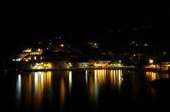 Nightview no porto e na praia de Assos romântico, Kefalonia, Grécia Foto de Stock