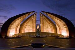 Nightview van het monument van Pakistan in Islamabad stock foto