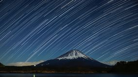 Nightview vom Fujisan mit startrails im Winter Stockfotos