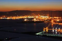 Nightview von Gibraltar und von Linea de la Concepción Stockfoto