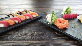 Nigiri和生鱼片,木桌 股票录像
