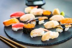Nigiri寿司设置与三文鱼金枪鱼虾大虾鳗鱼壳和其他生鱼片 图库摄影