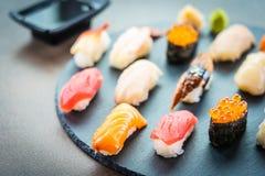 Nigiri寿司设置与三文鱼金枪鱼虾大虾鳗鱼壳和其他生鱼片 库存照片