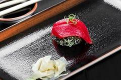 Nigiri com o atum no fundo de madeira escuro Grupo do sushi de Gunkan Culinária japonesa Fotografia de Stock