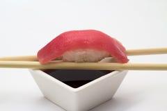 Nigiri de sushi de thon Image libre de droits