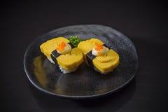 Nigiri de sushi de Tamago images libres de droits