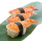 Nigiri dei sushi del gamberetto sul piatto di legno isolato su fondo bianco Immagine Stock