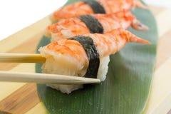Nigiri dei sushi del gamberetto sul piatto di legno isolato su fondo bianco Fotografia Stock