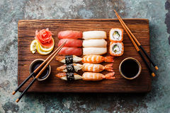 Nigiri dei sushi e rotoli di sushi stabiliti Immagini Stock