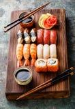Nigiri dei sushi e rotoli di sushi stabiliti Fotografia Stock Libera da Diritti