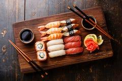 Nigiri dei sushi e rotoli di sushi stabiliti Fotografia Stock