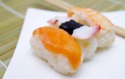 Nigiri dei sushi in piatto Immagine Stock