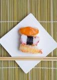 Nigiri dei sushi in piatto Immagini Stock