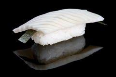 Nigiri del sushi con el calamar en fondo negro con la reflexión JAP Imágenes de archivo libres de regalías