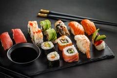 Nigiri do sushi e rolos de sushi ajustados Fotografia de Stock