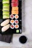 Nigiri e rolos ajustados do sushi Imagem de Stock