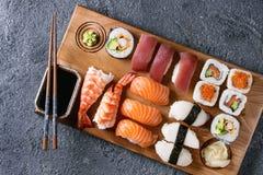 Nigiri e rolos ajustados do sushi Fotos de Stock