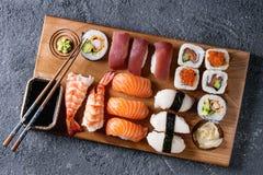 Nigiri e rolos ajustados do sushi Fotografia de Stock