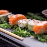 Nigiri e uramaki da placa do sushi fotos de stock royalty free