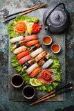 Nigiri et sashimi figés de sushi avec le thé photos stock
