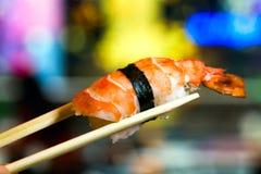 Nigiri met eetstokjesschot Stock Afbeeldingen