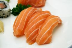 Nigiri salmon clássico do sushi Alimento japonês, close-up Fotos de Stock Royalty Free