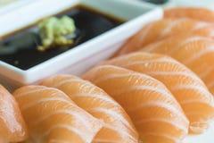 Nigiri sushi i rad royaltyfria bilder