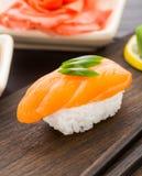Nigiri sushi med laxen Royaltyfri Fotografi