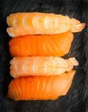 Nigiri sushi med laxen och räkor Royaltyfria Bilder
