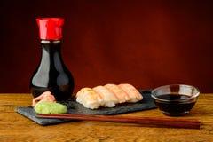 Nigiri sushi med räkor och soya Arkivbilder
