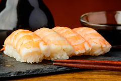 Nigiri sushi med räkor och soya Fotografering för Bildbyråer